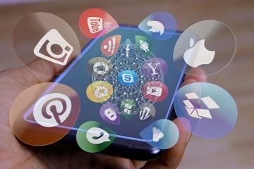 immagine di un cellulare con le icone delle varie piattaforme social di connessione, quali whatsapp, facebook, messenger, skype