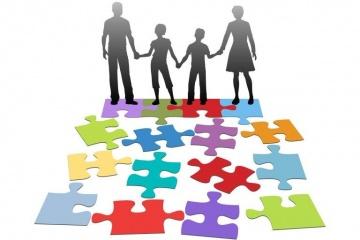 immagine di una famiglia e di un puzzle colorato che si compone